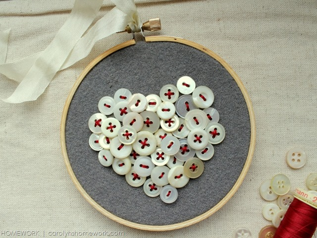 DIY vintage button heart embroidery hoop art. #valentinesday #enbroiuderyhoop #buttons