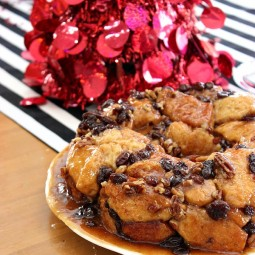 Make Ahead Monkey Bread Recipe with Pecans and Raisins. Prepare the night before and just cook it on Christmas morning! | Uncommon Designs