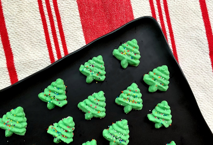 Easy Christmas Spritz Cookies | This basic recipe is super simple, but the most delicious Christmas cookie recipe!